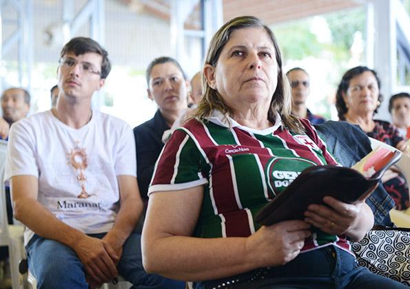 Fiéis participam da quinta-feira de adoração. Fotos: Daniel Mafra/ CançãoNova.