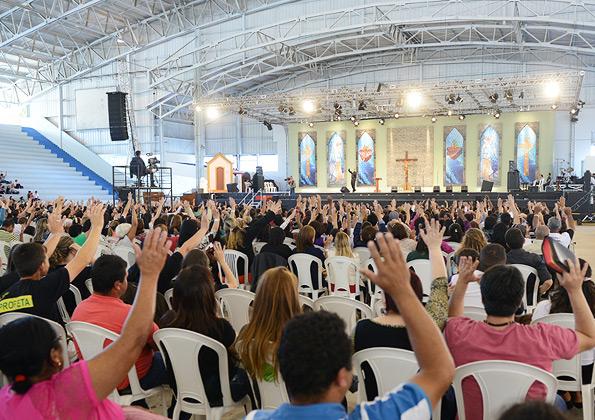 Fiéis acompnham a pregação durante o acampamento / Foto: Daniel Mafra