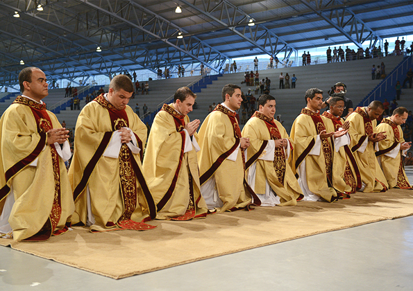 Canção Nova se alegra com os 9 neo-sacerdotes. Fotos: Daniel Mafra/cancaonova.com