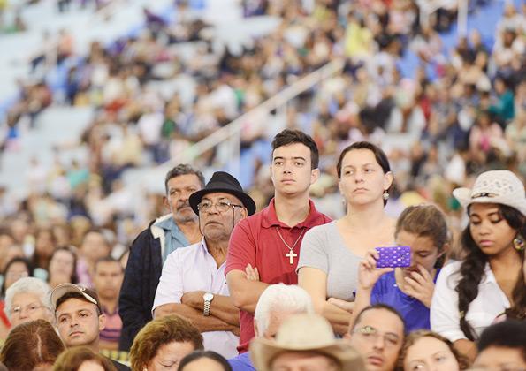 Peregrinos acompanham a pregação com diácono Nelsinho Corrêa. Foto: Wesley Almeida/cancaonova.com.