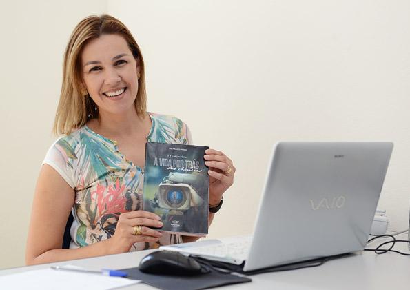 Paula Guimarães lança livro no HosanaBrasil