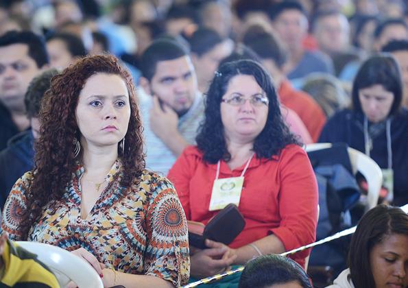 Peregrinos acompanham a pregação do Juninho Cassimiro na Canção Nova. Foto: Daniel Mafra/cancaonova.com