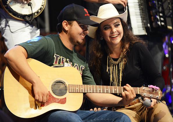 Fernada e seu irmão Neto durante o show - Foto: Daniel Mafra
