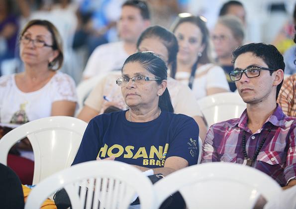 Peregrinos participam da Quinta-feira de adoração na Canção Nova. Foto: Daniel Mafra/cancaonona.com