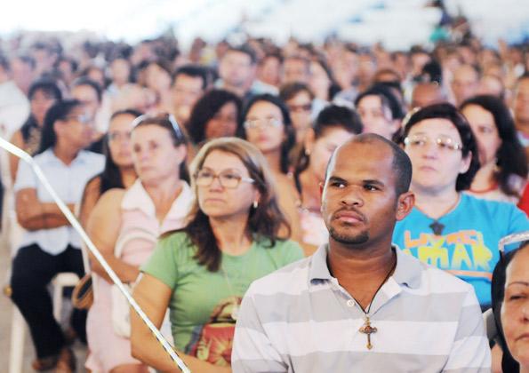 Fiéis acompanham a Santa Missa do último dia do Acampamento de Cura e Libertação. Foto: Wesley Almeida/cancaonova.com