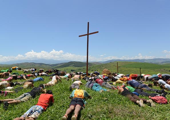 Jovens prostados ao reconhecer o Senhorio de Jesus