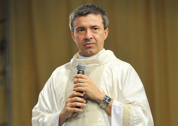 Padre Silvio Cezar  preside a Santa Missa deste primerio dia de Acampamento Revolução Jesus -  Arquivo CN
