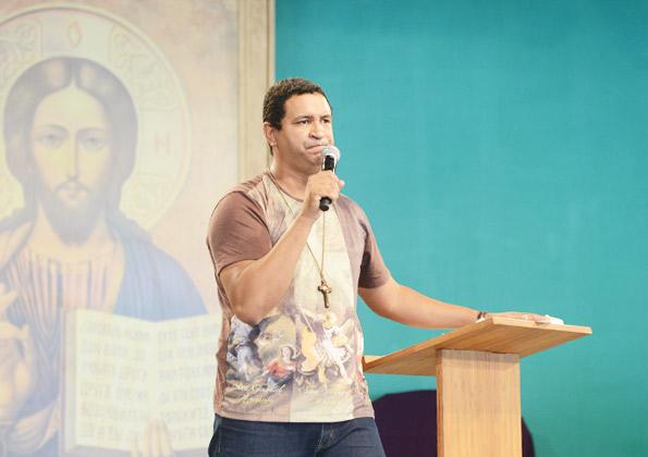 Fábio Lira- missionário da Comunidade Canção Nova, prega nesta quinta de adoração. Foto: Wesley Almeida/cancaonova.com