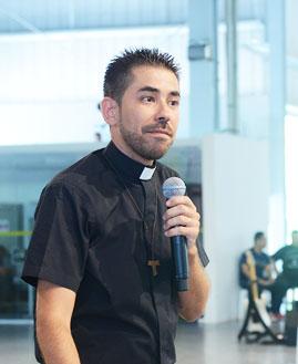 Padre Fabricio, sacerdote da Comunidade Canção Nova