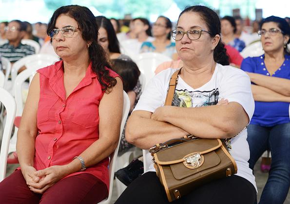 Peregrinos participam da Santa Missa na Canção Nova nesta quinta-feira de adoração.