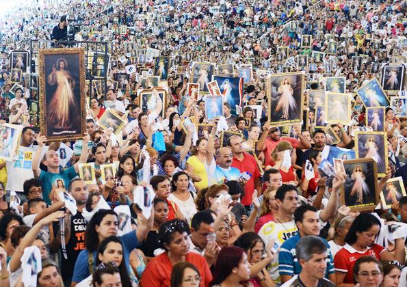 Centenas de peregrinos participam da Festa da Misericórdia na Canção Nova - Foto: Wesley Almeida/cancaonova.com