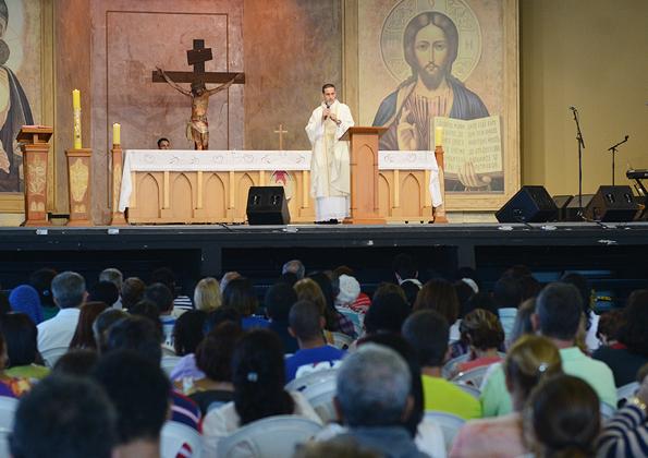 Peregrinos participam da Quinta-Feira de Adoração. Foto:Daniel Mafra/cancaonova.com