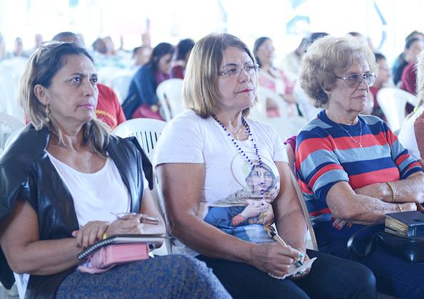 Peregrinos participam da Quinta-feira de Adoração na Canção Nova. Foto: Daniel Mafra/cancaonova.com