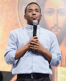 Padre Edmilson Dias. Foto: Daniel Mafra/cancaonova.com