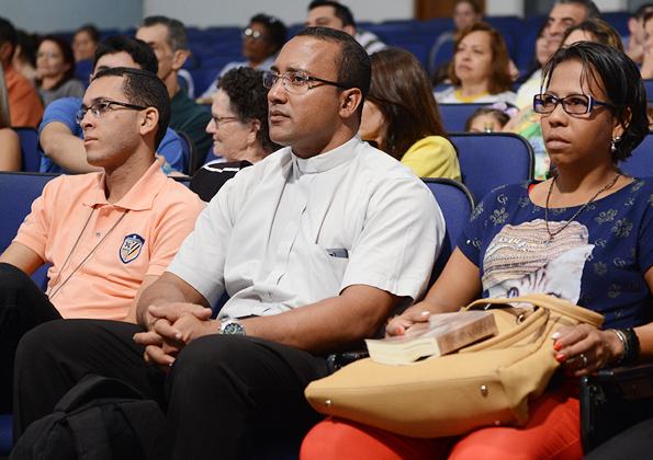 Peregrino participam da Quinta-feira de Adoração na Canção Nova. Foto: Daniel Mafra/cancaonova.com