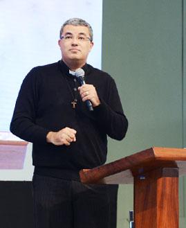 Padre Roger Luís. Foto: Wesley Almeida/canconova.com