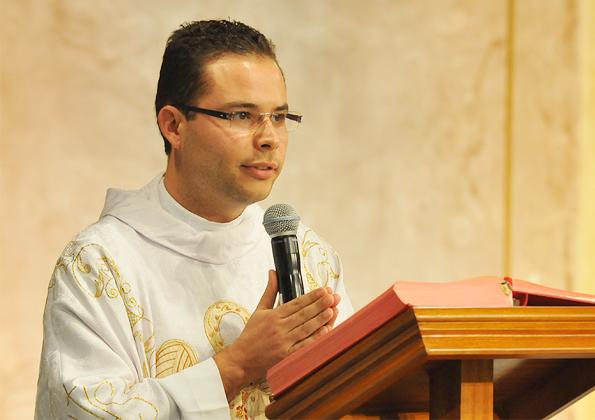 Padre Arlon preside Santa Missa de sábado no acampamento Fé e Milagres - Foto: arquivo cancaonova.com