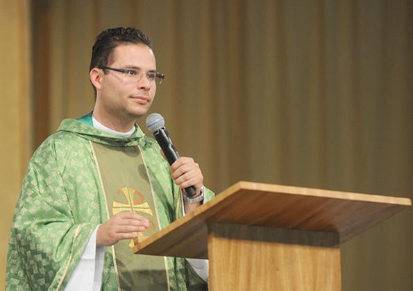 """Padre Arlon preside Santa Missa de encerramento do acampamento """"Fé e Milagres"""" na Canção Nova. Foto: cancaonova.com"""