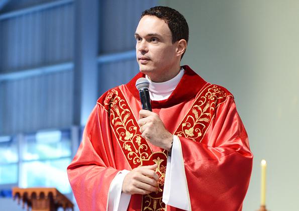 Padre Adriano preside Santa Missa na Canção Nova - foto: arquivo cancaonova.com