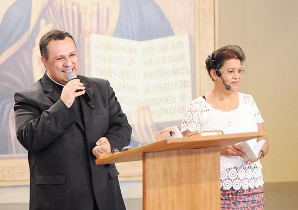 Padre Márlon Múcio e Irmã Maria Eunice pregam na Quinta de Adoração na Canção Nova. Foto: Wesley Almeida/cancaonova.com