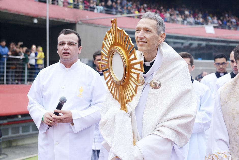 Padre Marcelo Rossi passeia com o Santíssimo