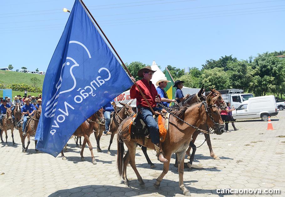 Cavalgada Cristo Rei com a bandeira da Canção Nova