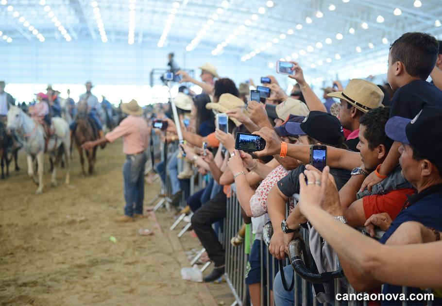 Peregrinos acompanham chegada da cavalgada