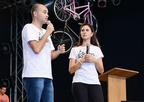 André e Magda pregam no Acampamento Revolução Jesus na Canção Nova. Foto: Arquivo CN.