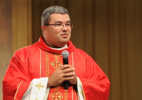 """Padre Roger preside a Santa Missa de abertura do """"Vem Louvar"""" 2016. Foto: Arquivo cancaonova.com"""
