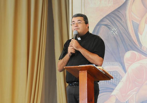 """Padre Roger prega no """"Vem Louvar"""" - foto: arquivo cacaonova.com"""