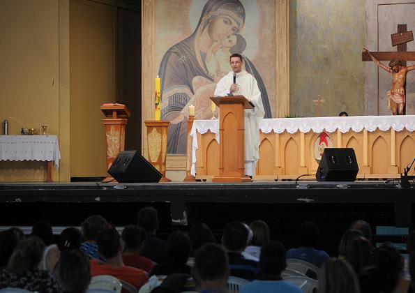 Peregrinos participam da quinta-feira de Adoração na Canção Nova - Foto: Daniel Mafra/cancaonova.com
