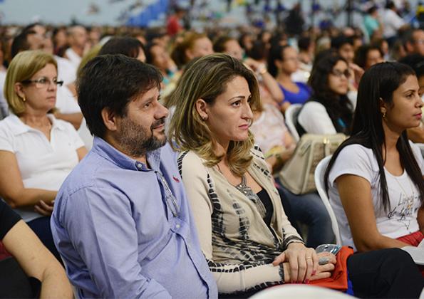 Fiéis participam da Celebração da Vigília Pascal. Foto: Daniel Mafra/cancaonova.com
