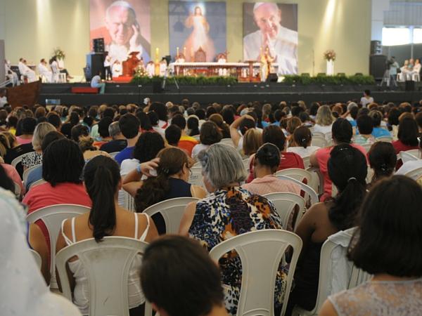 Peregrinos durante a Missa com monsenhor Jonas Abib - Foto: Ana Paula Rosa/cancaonova.com