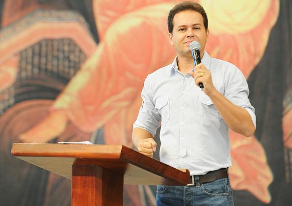 """Márcio Mendes prega no Encontro """"Mães que oram pelos filhos"""". Foto: Arquivo/cancaonova.com"""