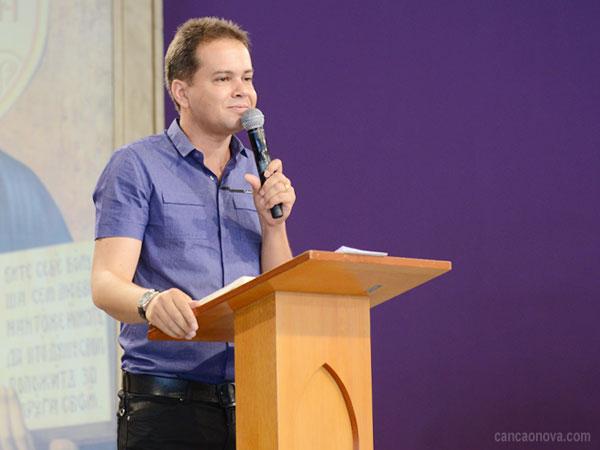 """""""Ele sempre está olhando para cada um de nós e pronto a nos ouvir"""". Foto: Arquivo/cancaonova.com"""