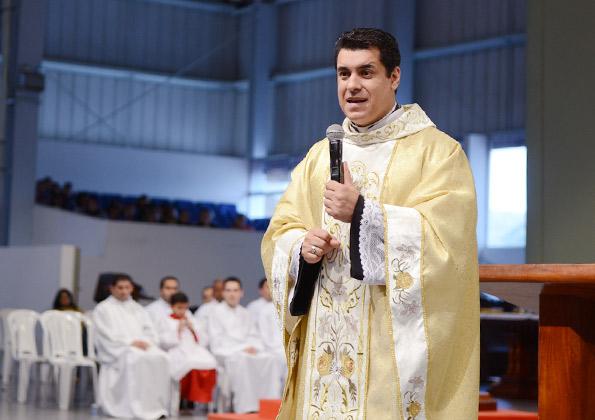 Padre Chrystian Shankar preside Santa Missa na Canção Nova. Foto: Arquivo/cancaonova.com