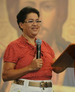 Ir. Maria Eunice pregando no Acampamento de Cura e Libertação.