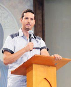 O missionário da Comunidade Canção Nova Jimmy Fioramonte prega na Quinta-feira de Adoração. Foto: Wesley Almeida/cancaonova.com