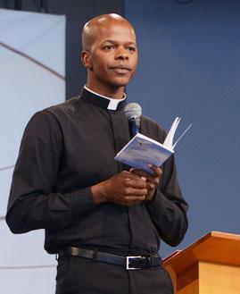 Padre Edison Oliveira prega na Quinta-feira de Adoração
