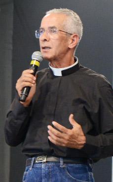 Padre Vagner Baia prega na quinta-feira de adoração.