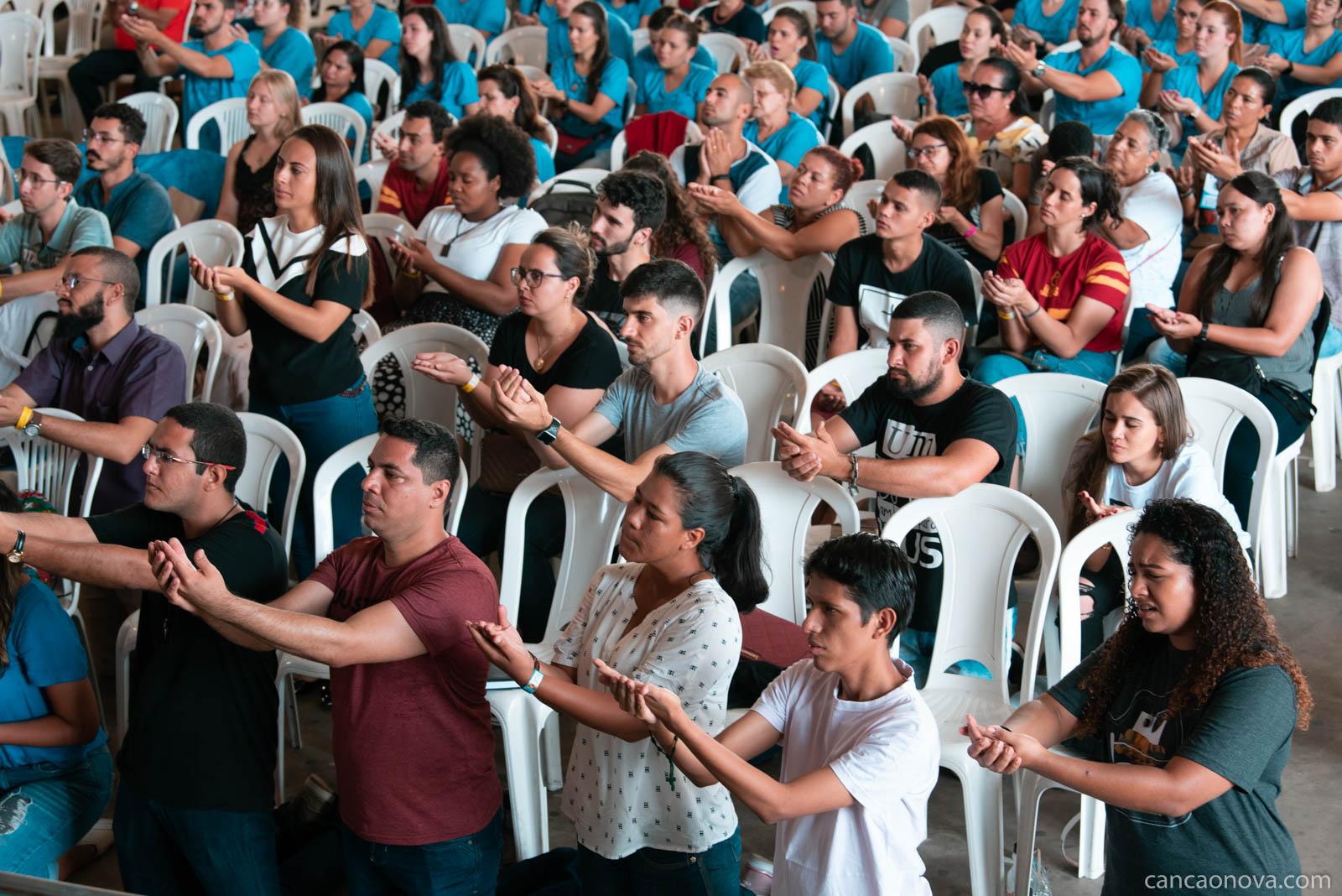 Jovem faça um encontro com pessoal com Deus