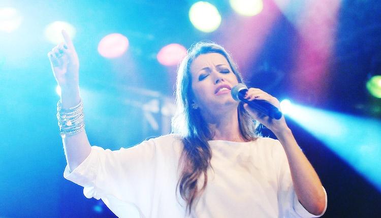 Adriana Arydes encontra Deus através da música