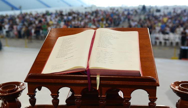 O que o Missal Romano fala sobre os cantos litúrgicos