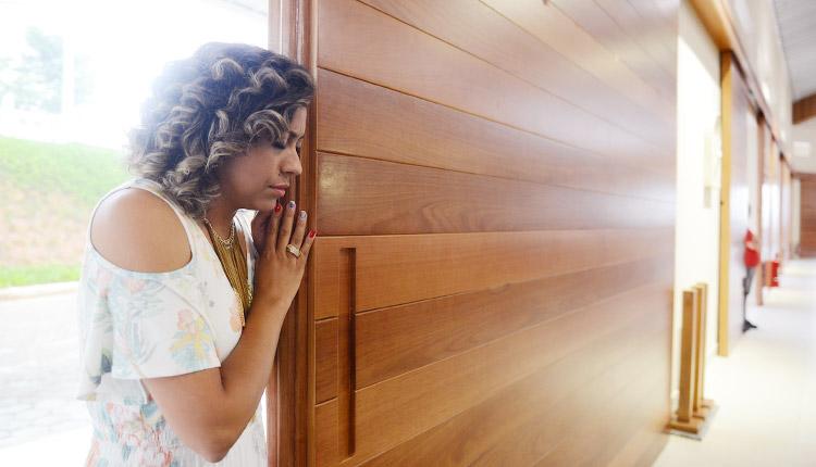 """Juliana de Paula reza na """"Porta Santa"""" no Santuário do Pai da Misericóridia"""