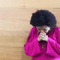 """Vocalista do grupo """"Missionários Shalom"""" Debóra reza na """"Porta Santa"""" no Santuário do Pai da Misericórdia"""