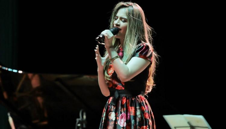 Camila lança aos 17 anos o seu primeiro CD 'Te imitarei'. Foto: Arquivo Camila Holanda