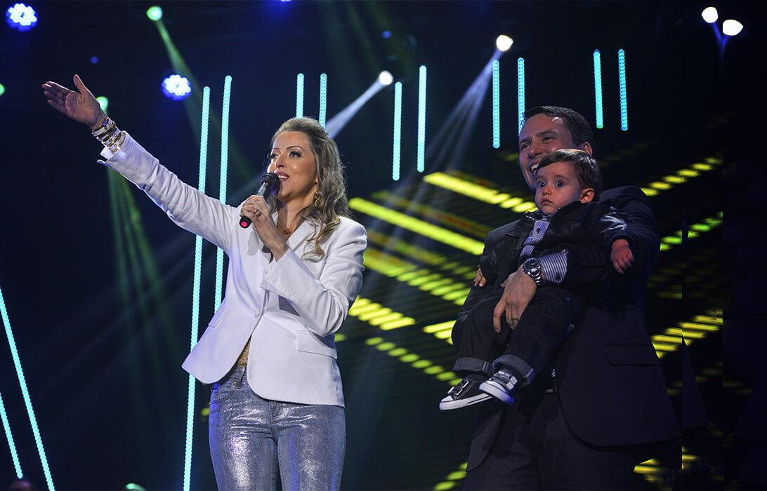 Adriana Arydes com Fabiano, seu esposo, e Davi, seu filho. Foto: Divulgação