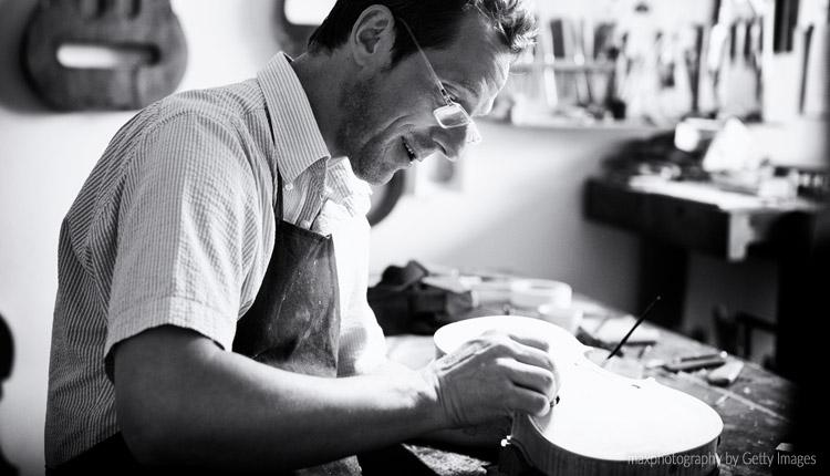 Luthier é o profissional que trabalha com a construção e manutenção de instrumentos musicais.  Foto: maxphotography by Getty Images