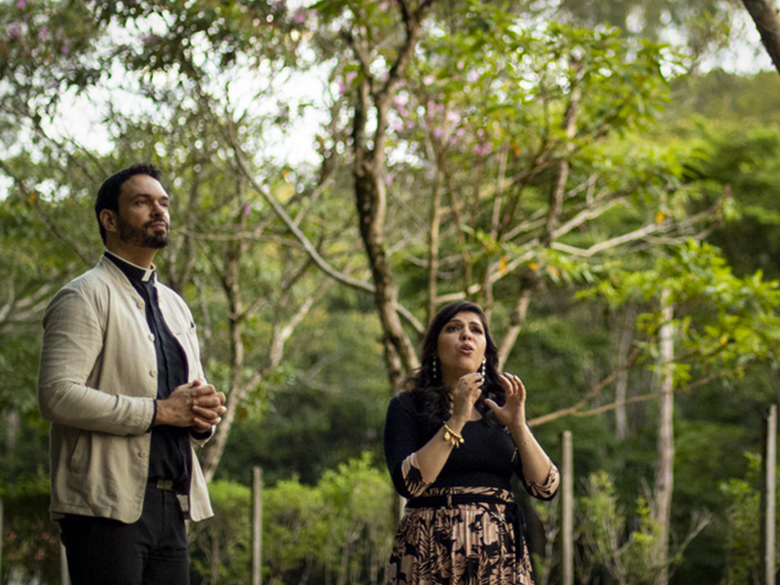 Padre Adriano Zandoná e Fátima Souza
