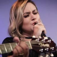 Cantarolando: Ana Gabriela canta 'Não dá mais pra voltar'